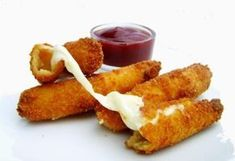 Fondant Mozzarella Sticks - Mozzarella Sticks - Tartine Jeanne - Here is a typical American recipe. It's really the kind that you'll find in dinners for example - Antipasto, Catering, Mozzarella Sticks, Mozza Sticks, Salty Foods, Canadian Food, Buffet, Exotic Food, Le Diner