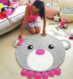 Lia's Crochet: Tapete Ursinha Crochet Mat, Crochet Carpet, Crochet Rug Patterns, Crochet Home, Crochet For Kids, Crochet Designs, Crochet Stitches, Animal Rug, Knit Rug