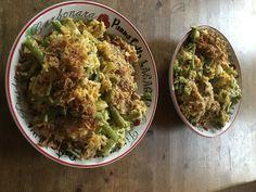 Thaise Yasmin rijst met sperciebonen, ui, knoflook, courgette, gele curry en kokosmelk. Gegarneerd met seroendeng en gebakken uitjes.