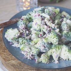 Knallgod oppskrift på brokkolisalat med rosiner og solsikkekjerner