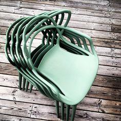 Green splitting - Masters by Philippe Starck. Bespoke Furniture, Contemporary Furniture, Furniture Design, Masters Chair, Philippe Starck, Garden Furniture, Chair Design, Interior Styling, Cool Designs