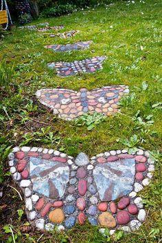 Taşlar ile bahçeye kelebek desenli yürüyüş yolu