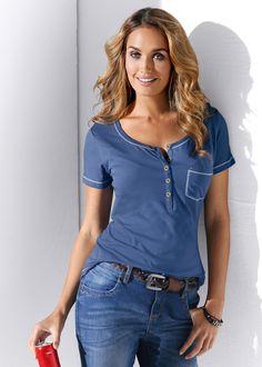 Veja agora:Blusa gola henley, um charme para o seu dia a dia. Com costura diferente, tipo overloque nas mangas, barra, gola e e também no bolso aplicado. Com gola careca e decote redondo profundo. Dica: esta blusa cai bem com tudo que remete a moda básica - calças jeans, shorts, saias.