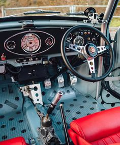 Loving the way this Mini is done ! The Interior and that Engine Bay is on point ! And the Lucky Owner Mini Cooper S, Mini Cooper Classic, Classic Mini, Classic Cars, Mini Countryman, Mini Clubman, Retro Cars, Vintage Cars, Mini Cooper Interior