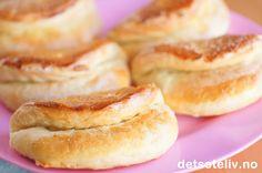 """""""Kissrolls"""" er en type kuvertbrød som stammer fra sørstatene i USA. De ser ut som kyssemunn, derav navnet. Som kuvertbrød serveres """"Kissrolls"""" enten til frokost eller til suppe. Kissrolls kan imidlertid også lages i en søt variant - noe jeg såklart foretrekker  Her har jeg fylt mine Kissrolls med smør og brunt sukker. Jeg lagde også noen fylt med appelsinsjokolade. Artig og velsmakende bakst til vinterferiedagene!"""