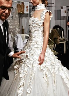 See more about wedding gowns, haute couture paris and balenciaga. Haute Couture Style, Couture Mode, Couture Fashion, Look Fashion, High Fashion, Fashion Show, Fashion Design, Dress Fashion, Fashion Trends