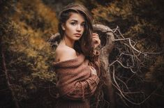 Take beautiful outdoor portrait photography with these 15 tips from professionals. Creative and unusual outdoor portrait photo tips and freebies to prepare your outdoor portrait photoshoot. Outdoor Portrait Photography, Forest Photography, Outdoor Portraits, Girl Photography Poses, Photography Backdrops, Digital Photography, Photography Timeline, Photography Contract, Photography Flyer