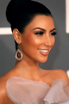kim kardashian, elegant make up and hair.perfect for a black tie event. Flawless Makeup, Skin Makeup, Flawless Beauty, Flawless Face, Bridal Makeup, Wedding Makeup, Wedding Nails, Kim Kardashian, Beauty Make Up