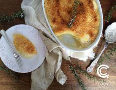 Mil Hojas de Papas con Crema. Son papas finamente cortadas intercaladas en capas con crema condimentada con sal, pimienta, ajo y nuez moscada.