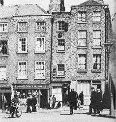 The narrowest house in Dublin, ( winetavern st) note the Sailor on crutches Ireland 1916, Dublin Ireland, Old Pictures, Old Photos, Vintage Photos, Dublin House, Dublin Street, Photo Engraving, Amazing Photography