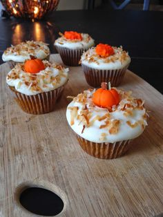 Pumpkin Spice Cupcakes with Maple Cream Cheese Frosting Fondant pumpkin decorations http://theexperienceofeating.blogspot.com/2014/11/pumpkin-spice-cupcakes-with-maple-cream.html