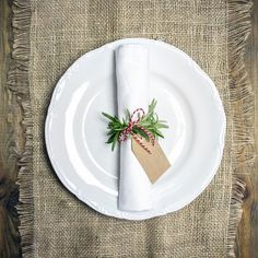 and simple idea fot christmas table - rosemary napkin ring with name tag., Cute and simple idea fot christmas table - rosemary napkin ring with name tag., Cute and simple idea fot christmas table - rosemary napkin ring with name tag. Diy Christmas Napkins, Christmas Napkin Rings, Christmas Crafts, Christmas Garden Decorations, Christmas Table Settings, Christmas Name Tags, Simple Christmas, Xmas Dinner, Creations