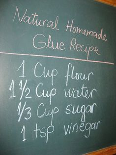 Colle maison - non toxique pour l'artisanat et super economique. 1 tasse de farine, 1 1/2 tasse d'eau, 1/3 tasse de sucre, 1 c.s. de vinaigre blanc .