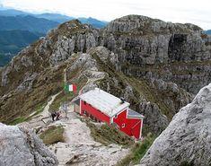 Il rifugio Azzoni si trova in vetta al Resegone, simbolo di Lecco: da lì si può ammirare un panorama mozzafiato che spazia dal Monte Rosa agli Appennini.