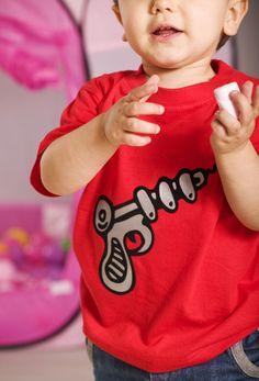 Camiseta de manga corta de bebé de color rojo con motivo estampado en vinilo de terciopelo y detalles plata.