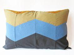 Kuscheleinheiten zu verschenken: Die DaWanda-Shops DIY Sewing Academy & KSIA zeigen Dir wie Du Deine eigenen Chevron Kissen nähen kannst. Zum Verschenken oder Behalten!