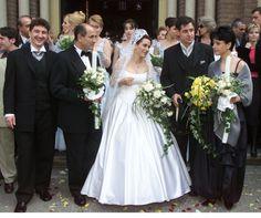 Andreea Esca și soțul ei, Alexandre Eram sunt clienți fideli ai cluburilor, fiind amatori de distracție. În plus, o iau și pe fiica lor Rupaul, Here Comes The Bride, Wedding Dresses, Google, Fashion, I Promise, Character, Wedding Gowns, Bride Gowns