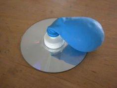 hovercraft maken: dopje van waterfles op CD lijmen. Opgeblazen ballon erop en als de lucht ontsnapt ...