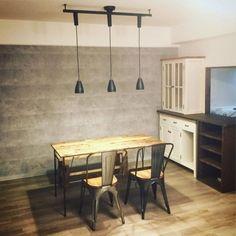 おしゃれなデザイナーズマンションと言えば、コンクリート打ちっぱなしのスタイリッシュなお部屋!一度は憧れますよね。最近は、本当に打ち… Sweet Home, Ceiling Lights, Dining, Interior, Table, Room, House, Furniture, Home Decor