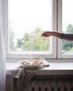 Happy Monday! . . . #window #windowsill #pie #apple #instafood #food #allwhatsbeautiful #thatsdarling #sunday_sundries #styleonmytable #onmytable #gatheredstyle #myhome #homemade #baking #lifeandthyme #softdreamyphotography #livebeautifully #holdthemoments #littlestoriesofmylife #beautifulcuisines #feedfeed #myhousebeautiful #feelfreefeed