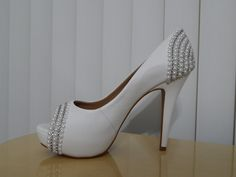 Sapato customizado com meia pérolas e strass pela Ornamental Bijoux Noivas.