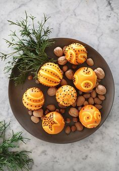 Simple Christmas decor inspiration with clove studded oranges and nuts. #diychristmascrafts #oranges