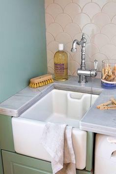 Lavaderos y zonas de planchado: 4 proyectos geniales y muy completos Laundry Room, Sink, Sweet Home, New Homes, Home Decor, Ideal Home, Ideas, Carpet Stains, Oil Stains