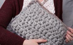 Du hast Lust mit einfachen Mitteln ein cooles Kissen zu häkeln? Mit dicker Wolle und Deinen Fingern kannst Du in unter einer Stunde ein individuelles Accessoire für Dein Zuhause herstellen.