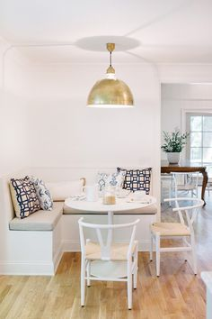 Corner Breakfast Nook Ideas for Cozier Morning Coffee - Stylish Corner Breakfast Nooks to Pin Right Now. Your avocado toast on—a proper breakfast nook can turn a kitchen corner into a snug haven. Small Dining, Small Space Living, Small Spaces, Coin Banquette, Breakfast Nook Furniture, Ikea Breakfast, Corner Breakfast Nooks, Breakfast Nook Decor, Perfect Breakfast