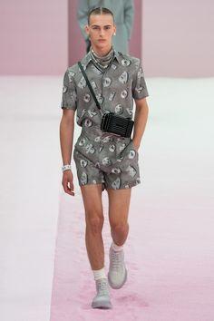 Dior Men Spring 2020 Menswear Fashion Show Collection: See the complete Dior Men Spring 2020 Menswear collection. Look 38 Male Fashion Trends, Dope Fashion, Daily Fashion, Mens Fashion, Paris Fashion, Men Fashion Show, Christian Dior, Dior Men, Hipster Man
