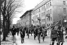 """""""Studenti in manifestazione"""" - Via Leonardo da Vinci - 1976 http://www.bresciavintage.it/brescia-antica/fotografie-d-autore/studenti-manifestazione-via-leonardo-vinci-1976/"""