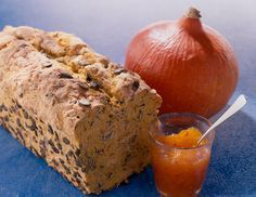Ein knuspriges Brot mit Kürbis und Kürbiskernen für den Herbst