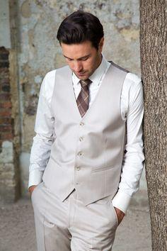 Light beige business suit with vest - mariage bibj Wedding Men, Wedding Suits, Dress Code, Prom Tuxedo, Mens Fashion Suits, Urban Fashion, Casual Chic, Formal Wear, Light Beige