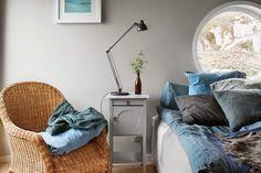 Sinisen sävyjä ja luonnonmateriaaleja makuuhuoneeseen