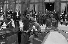 ในหลวง...อดีตประธานาธิบดีชาร์ลส์เดอ โกลล์ของฝรั่งเศส ให้การต้อนรับพระบาทสมเด็จพระปรมินทรมหาภูมิพลอดุลยเดช ที่สนามบินออร์ลีระหว่างเสด็จประพาสฝรั่งเศส เมื่อ 11 ต.ค. 2503...ขอบคุณเจ้าของภาพ...520.4