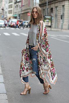 quimono, kimono, tendência, jeans destroyed, t-shirt, cinza, floral, bob na…
