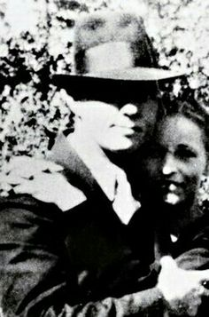 Bonnie and Clyde real Bonnie And Clyde Photos, Bonnie Clyde, Famous Couples, Couples In Love, The Black Dahlia Murder, Famous Outlaws, Bonnie Parker, People Of Interest, School Pictures