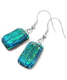 Handgemaakte blauw-groene oorbellen van dichroide glas!