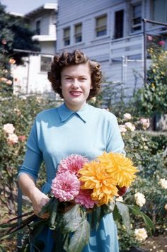 Very rare photo of Patsy Cline enjoying early Spring in the garden of her house in Winchester, circa mid Sweet Memories Country Music Artists, Country Music Stars, Country Singers, Patsy Cline, Loretta Lynn, Famous Singers, Female Singers, Celebs, Celebrities