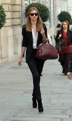 black skinny jeans, suede booties, white shirt – Perfect!