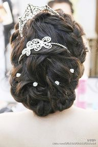 nice wedding hair...