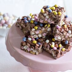 These rocky road treats are perfect for Easter and really simple to whip up in the kitchen. Made with Cadbury Creme Eggs and Mini Eggs - this recipe combines 2 of our favourite Easter treats. Easy Desserts, Dessert Recipes, Yummy Treats, Sweet Treats, Desserts Ostern, Digestive Biscuits, Rocky Road, Easter Treats, Easter Recipes