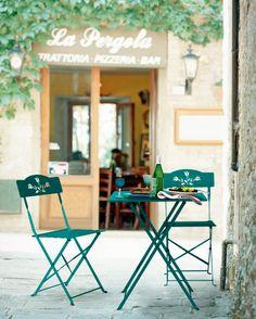 Gartentisch und Stühle in fröhlichen Farben. Passt auch auf jeden Balkon!