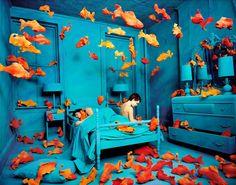 Sandy Skoglund.- Revenge of the goldfish. Además de ser la portada de una de mis novelas favoritas de Laura Restrepo, Delirio.