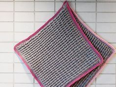 Lättvirkade grytlappar - De här lättvirkade grytlapparna är grovt virkade och täta så att du inte bränner dig. Kanten släpper lite i ena hörnet för att du enkelt ska kunna hänga upp din grytlapp. Crochet Kitchen, Pot Holders, Crochet Top, Rugs, Kitchen Things, Cleaning, Crocheting, Homemade, Ska