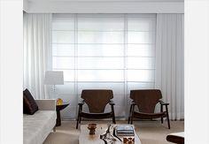 Apenas a cortina tripla (duas de linho sintético e blecaute no meio), que corre em trilho fixado no teto, separa a sala da única suíte do loft de 78m². Projeto do arquiteto Juan Pablo Rosenberg