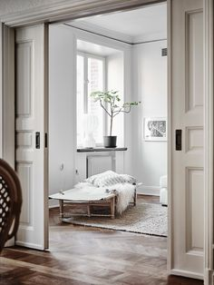 INTERIOR INSPIRATION | Join us as we take a tour through the perfect Scandinavian interior of an art lovers dream