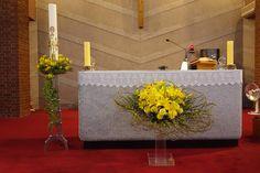 Floral Arrangements, Flower Arrangement, Altar Decorations, Church Flowers, Arte Floral, Diy And Crafts, Gift Wrapping, Flower Decorations, Weddings