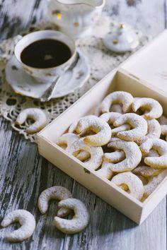 Kipferl alla vaniglia, serviti in una bella scatola aperta e con una tazza di caffè