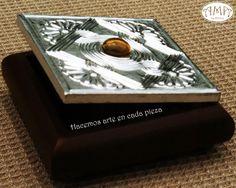 Caja en trupan cuadrada modelo bombe de 8cm x 8cm con aplicación de aluminio repujado en la tapa.